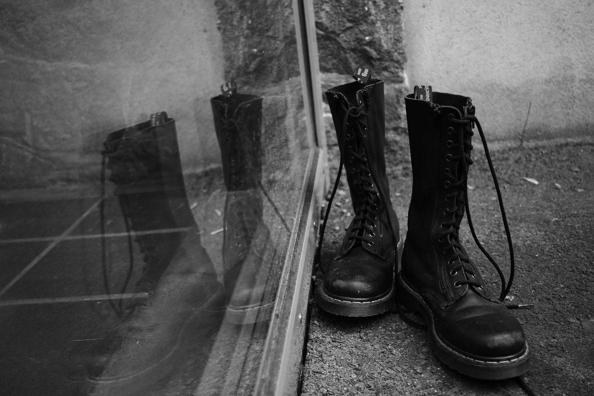 deux bottes noires reflets vitres