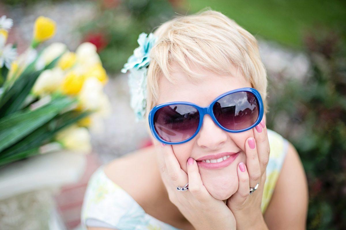 femme blonde souriante