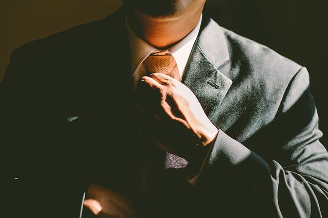 homme cravate veston narcissique